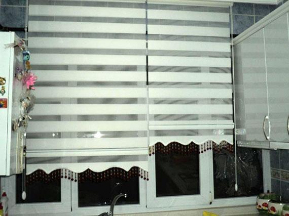 Такие шторы являются очень практичными, и позволяют легко регулировать количество света на кухне