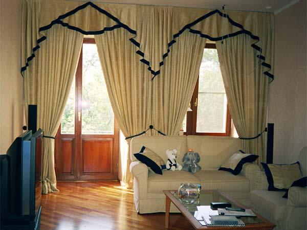 Если Ваш зал с балконом - тогда Вы смело можете использовать роскошные шторы-гардины для вашего зала