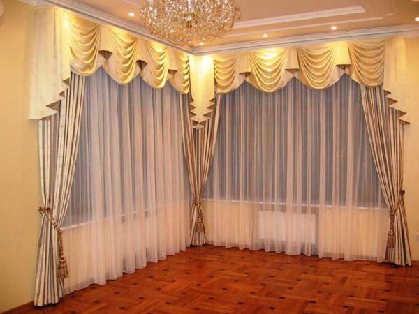 Правильный выбор дизайна штор для зала, позволит значительно изменить вашу комнату в лучшую сторону и сделать ее богаче и солидней!