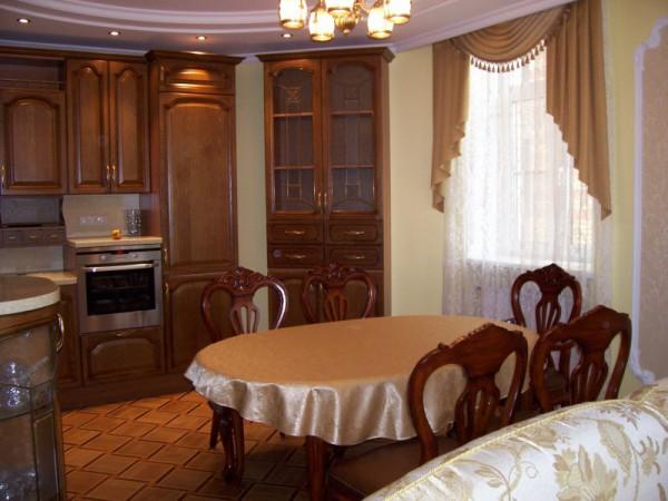 Современные классические шторы для кухни пользуются спросом уже много лет