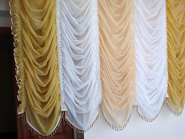 Это очень стильные и элегантные шторы, с их помощью можно очень просто украсить дизайн кухни.