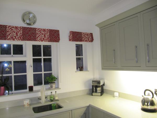 Японские шторы отлично подходят для кухни, потому что на них почти никогда не бывает складок