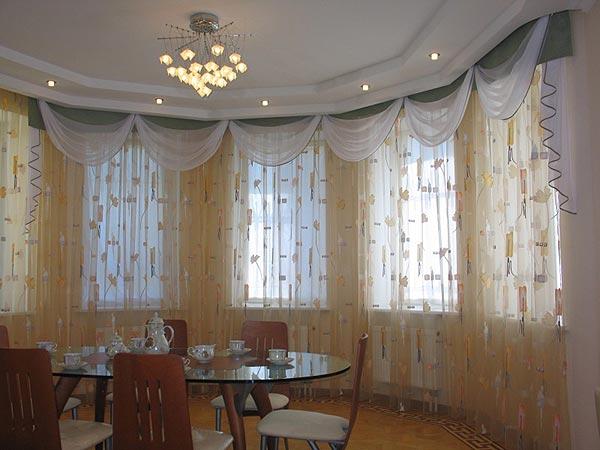 Отличное сочетание белого и зеленого цвета для штор в гостиную