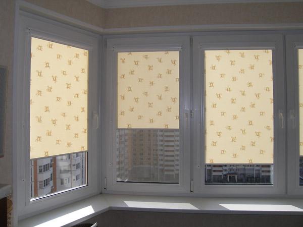 С помощью рулонных штор очень просто регулировать освещение в комнате