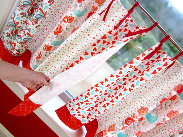 Самостоятельно можно сшить очень красивые и практичные шторы для кухни любых размеров