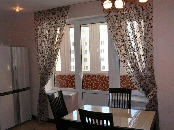 На фото представлены современные шторы гармонично вписанные в дизайн маленькой кухни.