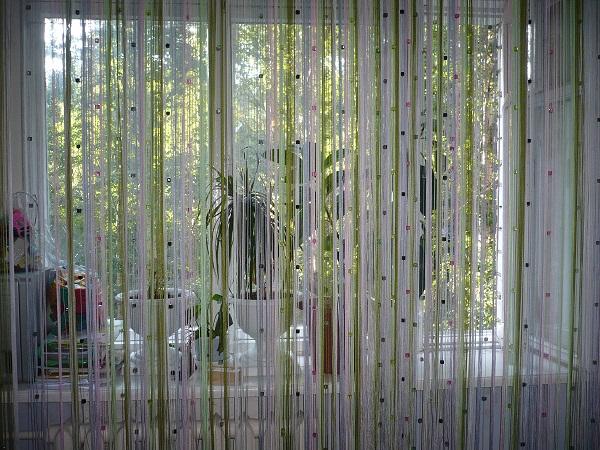 Еще одним из модных решений являются шторы нити