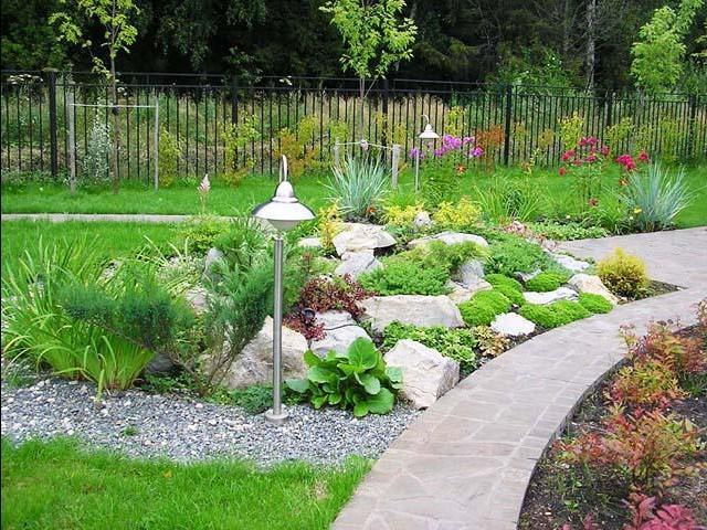 Уникальное обустройство ландшафтной зоны в загородном доме. Применяются декоративные камни и многое другое.