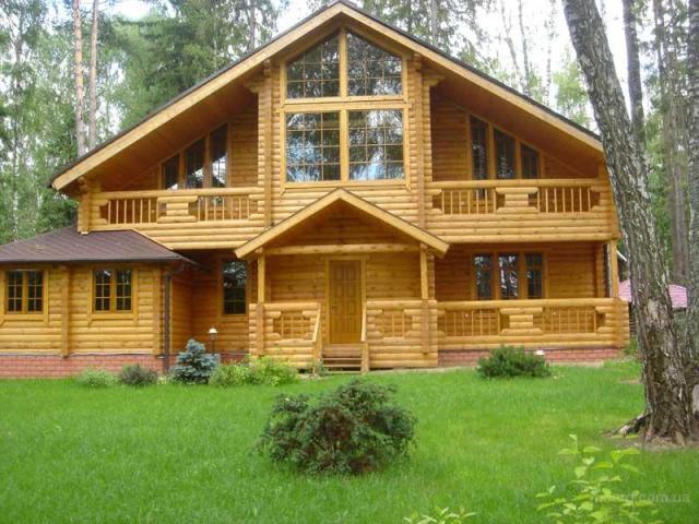 Дом из бруса с большой квадратурой и уникальной планировкой. Дом размещен в лесу.