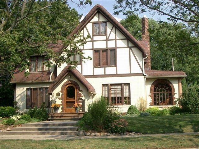 Небольшой частный дом, с камином и красивой внешней отделкой. Интересный вариант