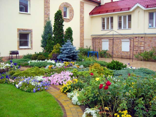 Большой участок загородного дома позволяет делать ландшафтный дизайн очень разнообразным и красивым.