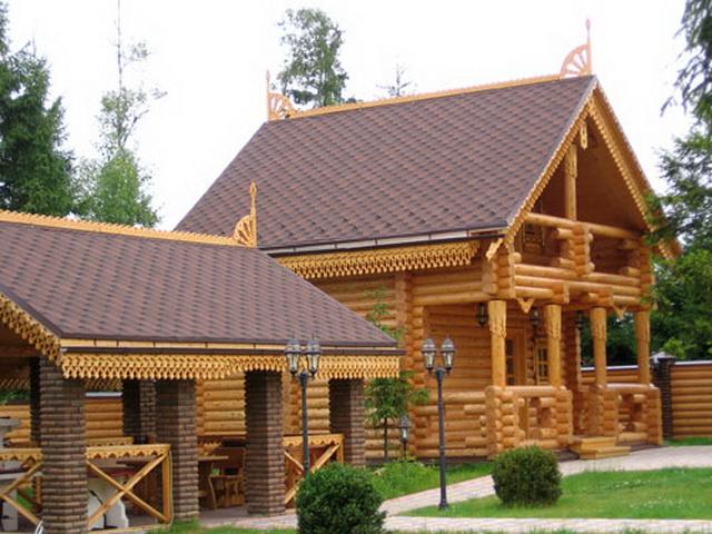 Красивый дизайн загородного деревянного дома с внешней обшивкой по современной технологии