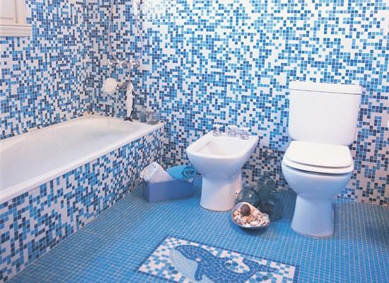 Дизайн совмещенной ванной комнаты в морском стиле обложенной плиткой