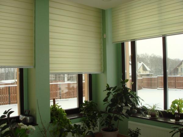 Такие шторы имеют огромный выбор цветов, как многотонных так и однотонных. Также они могут изготавливаться из разных материалов
